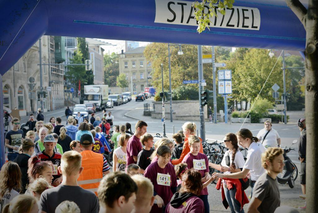 Viele Menschen im Startbereich vom Spendenlauf.