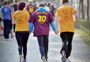 Drei Jugendliche laufen beim Spendenlauf.
