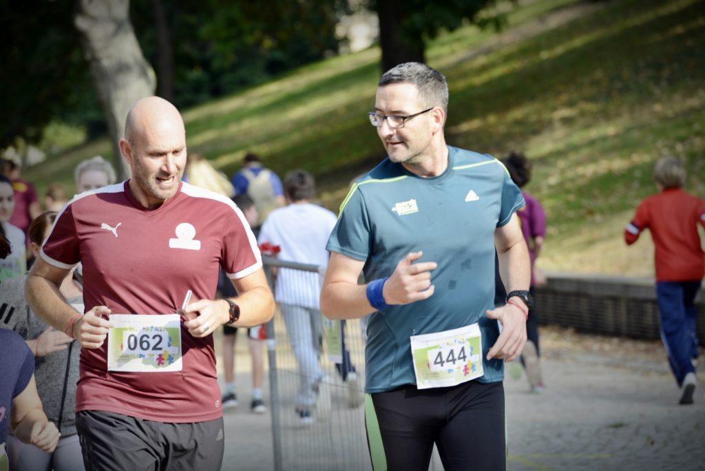 Zwei Männer laufen beim Spendenlauf.