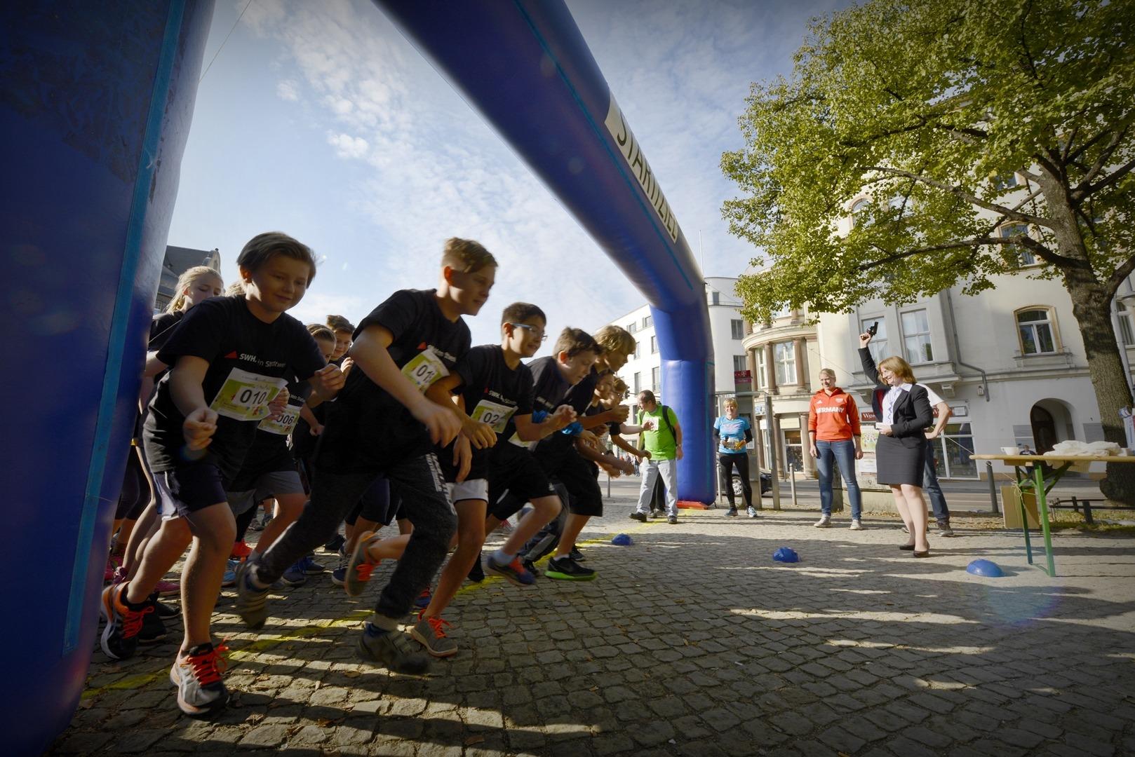 Menschen rennen nach dem Startschuss los.