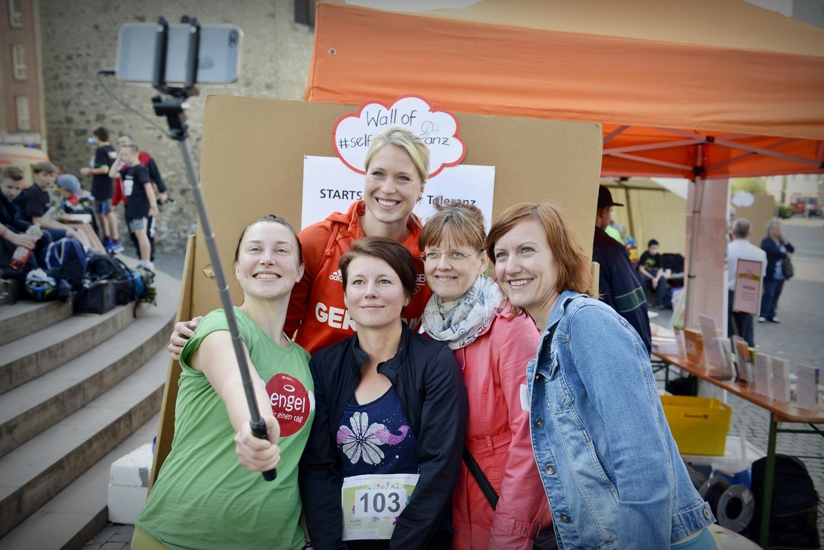 Eine Gruppe macht Fotos mit der Ruderin Julia Lier.