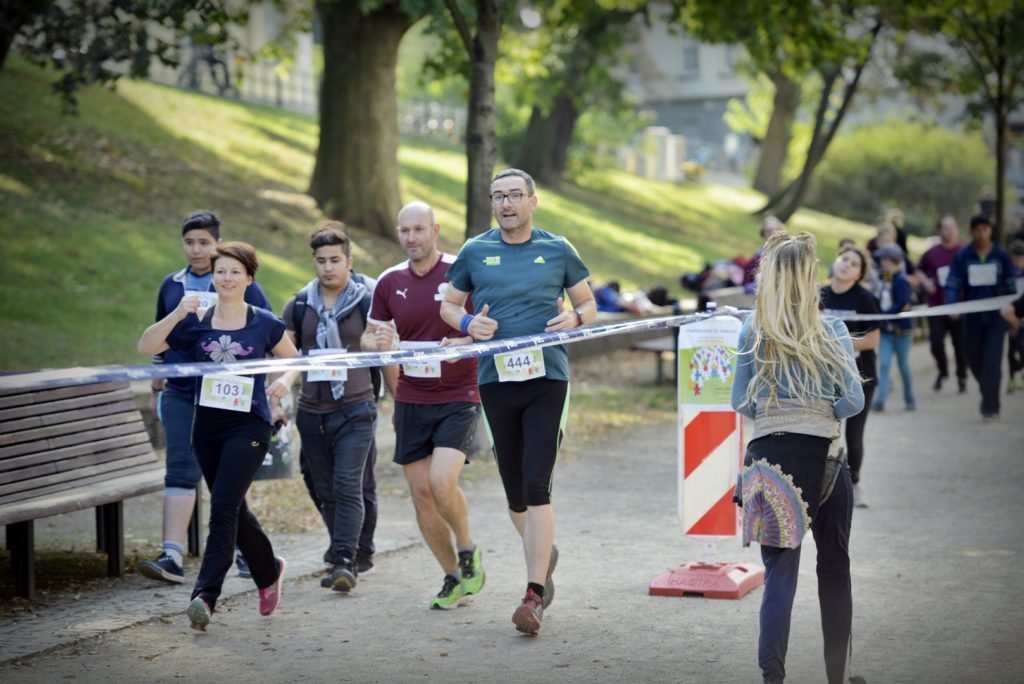 Eine Laufgruppe läuft beim Spendenlauf mit.