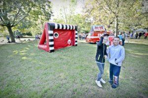 Zwei Kinder stehen vor der Torschusswand vom Halleschen FC.