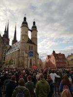 Viele hunderte Menschen nehmen an einer Gedenkfeier auf dem Markt Halle teil.